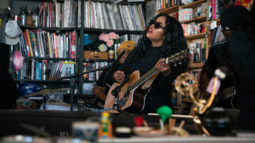 """H.E.R. Lifts Her Angelic Voice For NPR """"Tiny Desk"""" Concert (Video)"""